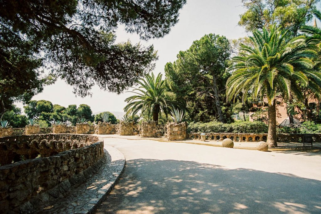 Te warm in de zon,Park Güell, Barcelona, Catalonië, Spanje (2003)
