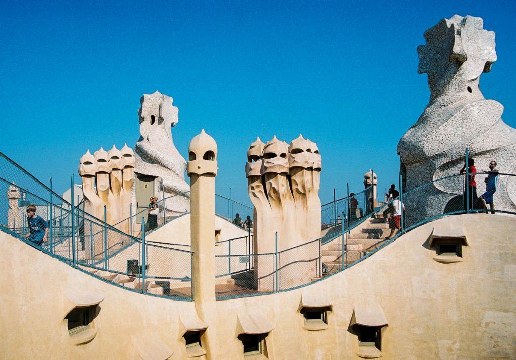 Golvend dak met schoorstenen,Casa Milà, Barcelona, Catalonië, Spanje (2003)