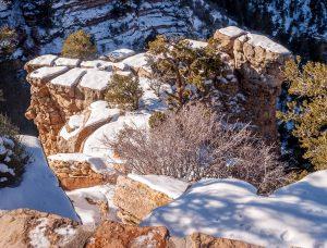 Sneeuw op de rotsen