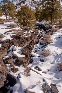 Lavagesteente en sneeuw