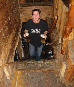 Daar is Thijs met het bier!