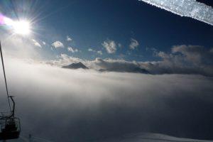Boven de wolken schijnt de zon