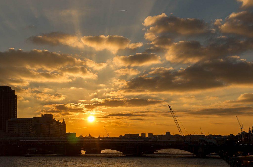 Zonsondergang,Millennium Bridge, Londen, Engeland, Verenigd Koninkrijk (2010)