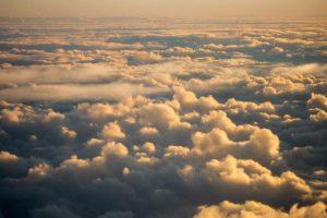 De wolken van bovenaf