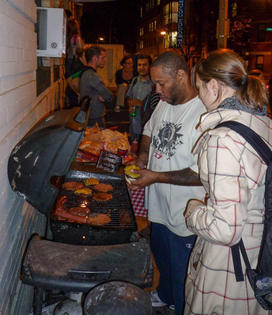 Ray overziet de hamburgers,Hi Boston, Boston, Massachussetts, Verenigde Staten (2010)