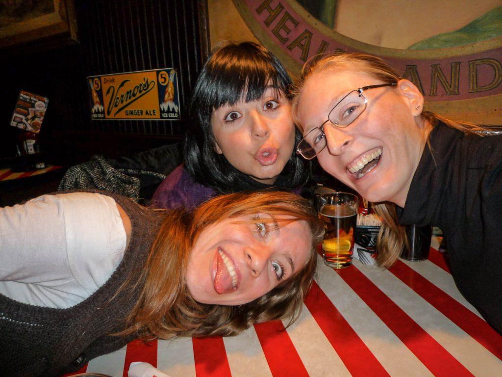 Marina, Anita & Ik,TGI Friday's, New York, New York, Verenigde Staten (2010)