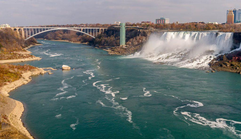 American Falls en de Rainbow Bridge,Niagara Falls, Ontario, Canada (2010)