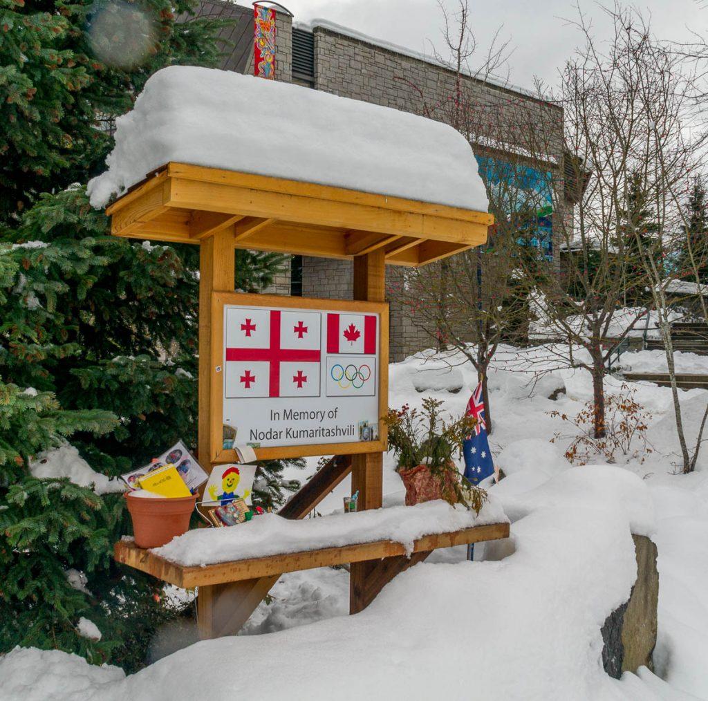 Herdenkingsplaats voor de Georgiër die omkwam tijdens de Olymische Spelen,Whistler, British Columbia, Canada (2010)