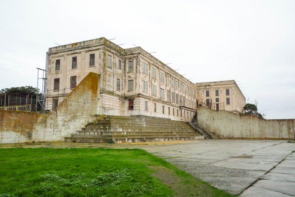 Recreatieveld en de gevangenis,Alcatraz, San Francisco, Californië, Verenigde Staten (2010)