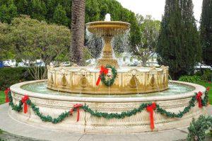 Fontein met kerstdecoraties