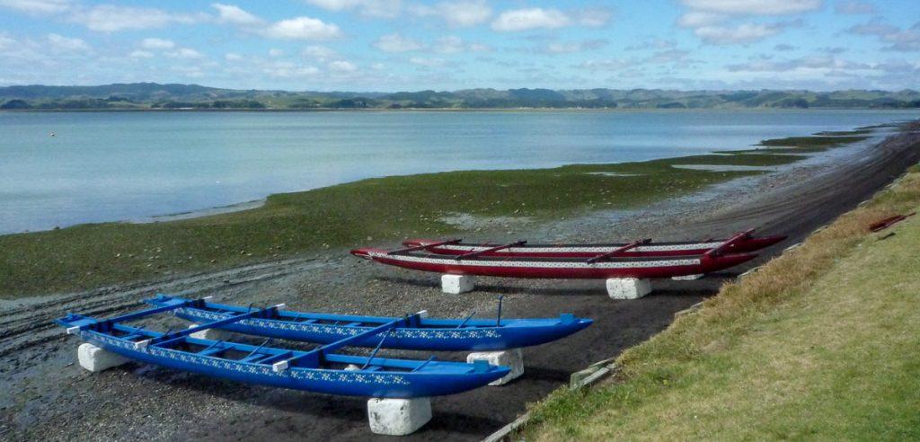 Waka's op het zwarte strand,Maketu Marae, Kawhia, Waikato, Nieuw Zeeland (2011)