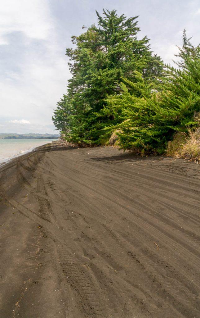 Zwart zand,Maketu Marae, Kawhia, Waikato, Nieuw Zeeland (2011)
