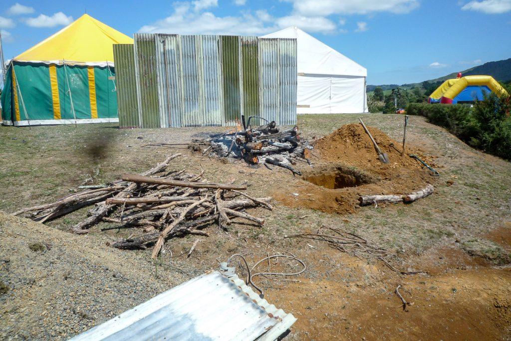 Voorbereidingen voor de hangi,Oparau Roadhouse, Oparau, Waikato, Nieuw Zeeland (2011)