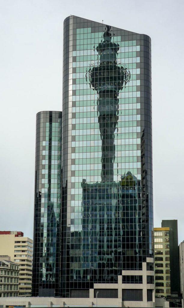 Reflectie van de Skytower,Skycity, Auckland, Auckland, Nieuw Zeeland (2011)