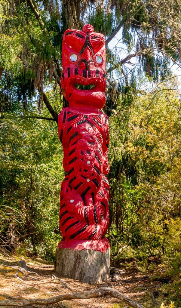 Māori houtsnijwerk,Te Puia, Rotorua, Bay of Plenty, Nieuw Zeeland (2011)