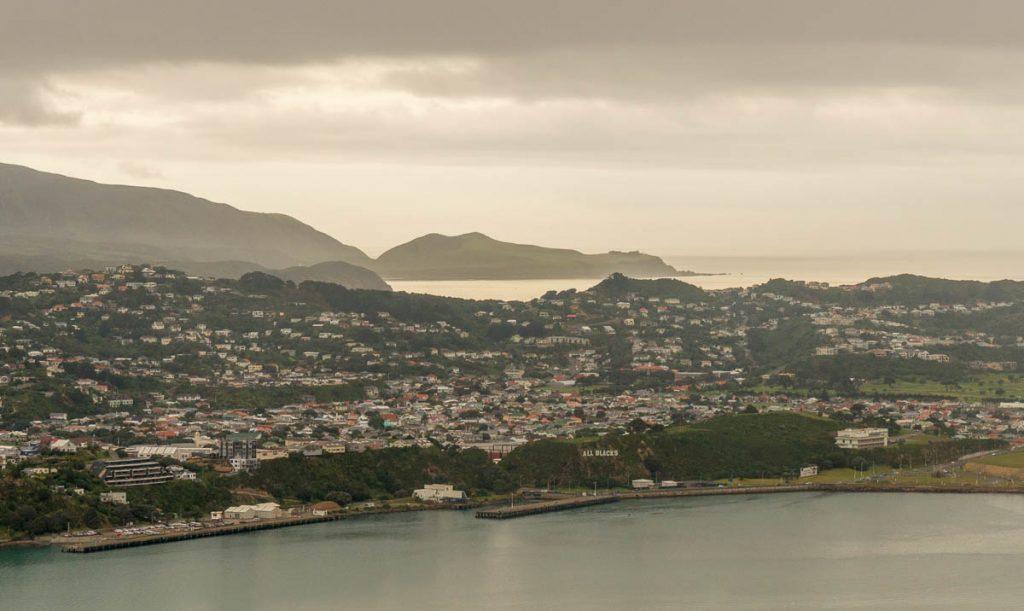 Miramax Peninsula en in de verte Fitzroy Bay,Mt Victoria Lookout, Wellington, Wellington, Nieuw Zeeland (2011)