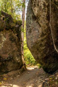 Tussen de rotsen door
