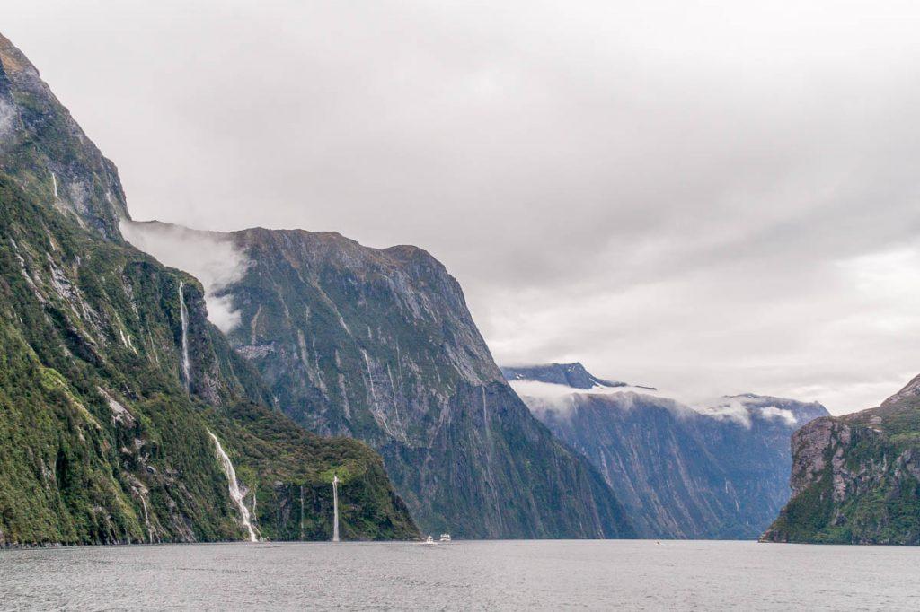 Rotsen, wolken en watervallen,Milford Sound, Fiordland National Park, Southland, Nieuw Zeeland (2011)