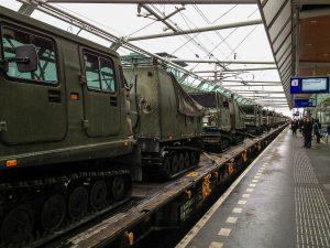 Trein met legervoertuigen