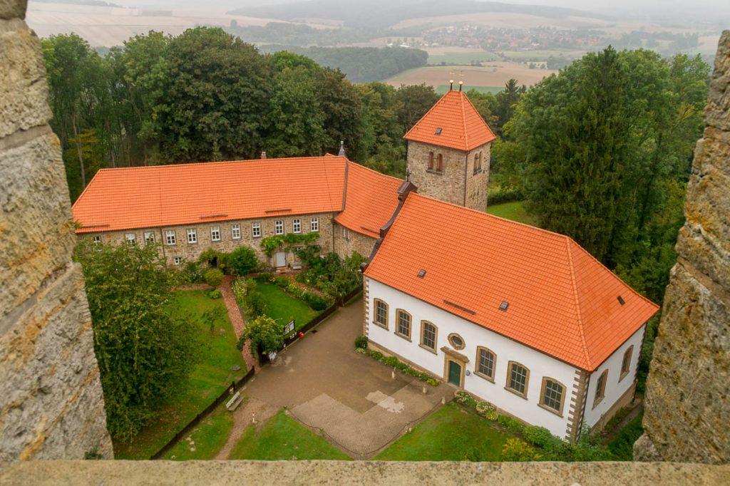 Uitzicht op St. Hubertus Kirche,Burg Wohldenberg, Wohldenberg, Nedersaksen, Duitsland (2013)